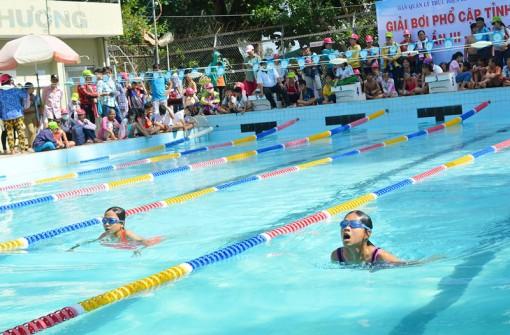 Số lượng trẻ biết bơi không ngừng tăng