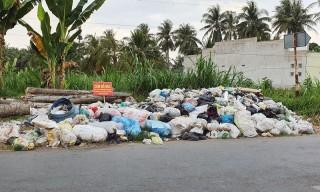 Vứt rác gây ô nhiễm trên Tỉnh lộ 884