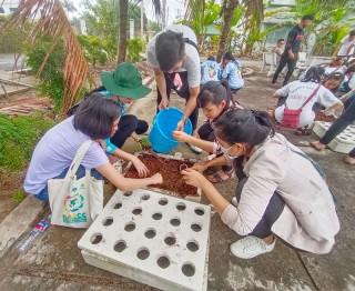 Thanh niên trải nghiệm nông nghiệp ứng dụng công nghệ cao