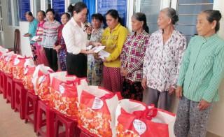 Điện lực TP. Bến Tre tặng 80 phần quà cho hộ nghèo