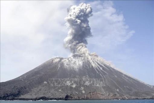 """Núi lửa Anak Krakatau """"thức giấc"""" đe dọa hàng nghìn người dân Indonesia"""
