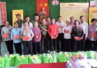 120 phần quà tặng cho họ nghèo, gia đình chính sách khó khăn huyện Châu Thành