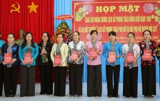 """Ra mắt quyển """"Lịch sử phong trào phụ nữ và Hội phụ nữ huyện Mỏ Cày"""""""