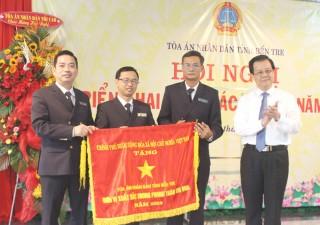 Tòa án nhân dân tỉnh nhận Cờ thi đua của Chính phủ
