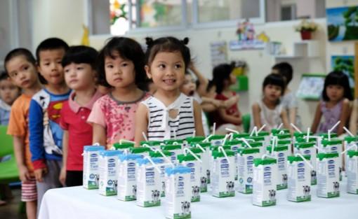 Thực hiện đúng quy trình cấp phát sữa cho học sinh