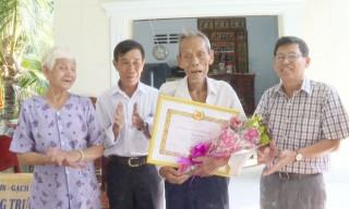 Thạnh Phú trao huy hiệu Đảng cho đảng viên đến niên hạn