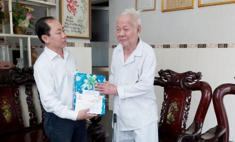 Chúc mừng cán bộ lão thành nhận Huy hiệu 70 năm tuổi Đảng