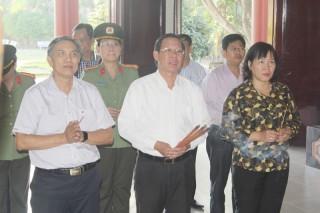 Lãnh đạo tỉnh viếng, thắp hương Đền thờ Nữ tướng Nguyễn Thị Định, Trung tướng Đồng Văn Cống
