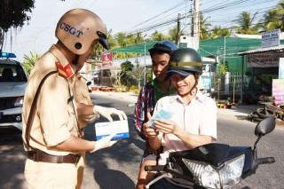 Cảnh sát giao thông phát khẩu trang y tế miễn phí cho người dân