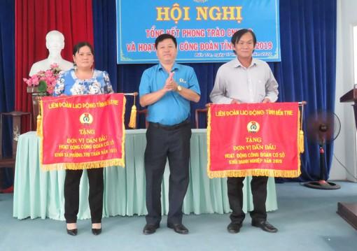Công đoàn cơ sở xã Bình Thới nhận cờ đơn vị dẫn đầu