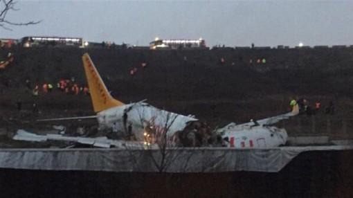 Máy bay chở 177 khách Thổ Nhĩ Kỳ trượt khỏi đường băng gãy làm ba