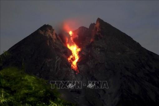 """Núi lửa Merapi ở Indonesia lại bất ngờ """"thức giấc"""", khói bụi bốc cao 2 km"""