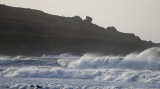 Siêu bão Dennis tấn công nước Anh