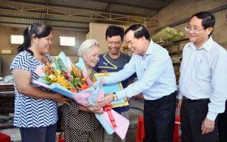 Trao thư khen của Tỉnh ủy cho bà Nguyễn Thị Huởn