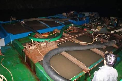 Bắt quả tang 2 phương tiện khai thác cát sông trái phép