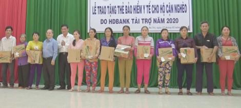 Ba Tri tặng 500 thẻ bảo hiểm y tế cho hộ cận nghèo