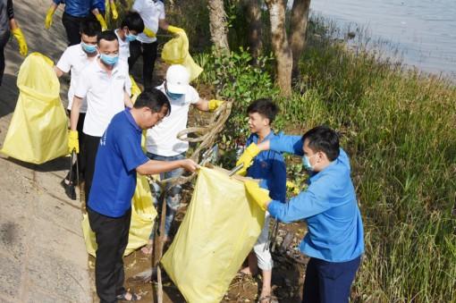 Đoàn viên ra quân dọn rác ven bờ sông Bến Tre