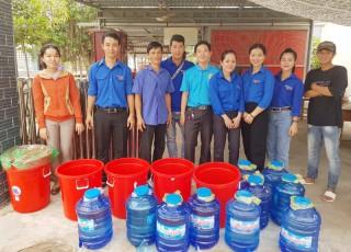 Huyện Đoàn Giồng Trôm tặng nước ngọt cho hộ nghèo