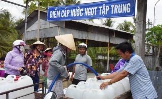 Người dân Hưng Nhượng được nhận nước ngọt