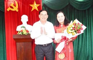 Phó chủ tịch Hội LHPN tỉnh Nguyễn Thị Kiều Oanh nhận quyết định nghỉ hưu