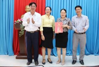 Huyện ủy Thạnh Phú công bố các quyết định hợp nhất
