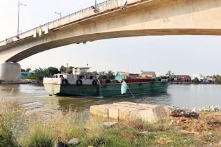 Nguy cơ mất an toàn giao thông trên kênh Chợ Lách