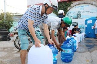 Chia sẻ nước ngọt cho công nhân lao động