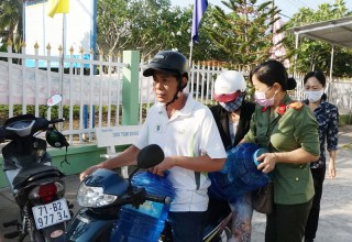 Công an Bến Tre hỗ trợ nước ngọt và dụng cụ chứa nước cho người dân