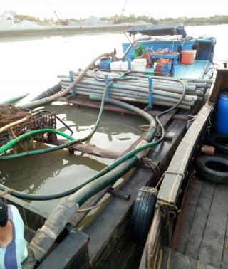 Bắt quả tang phương tiện khai thác cát sông trái phép