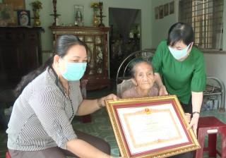 Trao bằng khen của Thủ tướng Chính phủ cho mẹ Việt Nam anh hùng Lê Thị Đấu