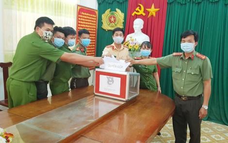 Đoàn thanh niên Công an huyện Ba Tri quyên góp ủng hộ phòng chống dịch Covid-19