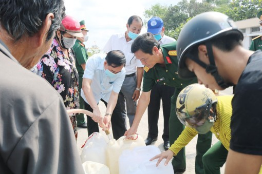 Trao 300m3 nước ngọt cho người dân huyện Chợ Lách