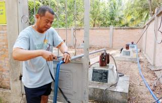 Sử dụng 2 giếng quan trắc cấp nước ngọt cho người dân