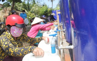 Bàn giao điểm cấp nước miễn phí cho người dân vùng hạn mặn