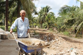 Cựu chiến binh nhiệt tình đóng góp xây dựng cầu, đường nông thôn