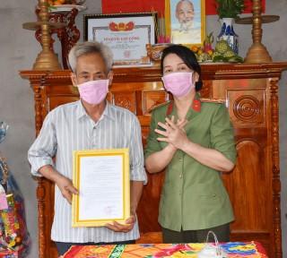 Công an tỉnh trao tặng nhà tình nghĩa cho gia đình chính sách