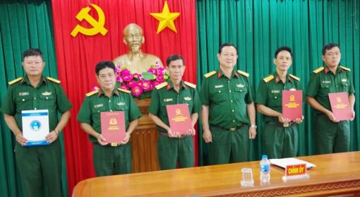 Bộ Chỉ huy Quân sự tỉnh trao quyết định nghỉ hưu