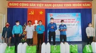 Trao tặng hệ thống lọc nước cho người dân xã Hưng Phong