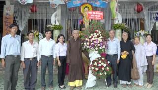 Chợ Lách: Thăm, chúc mừng Ban trị sự Phật giáo huyện nhân lễ Phật đản