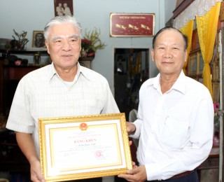 Ông Trần Quốc Việt nhận bằng khen của UBND tỉnh