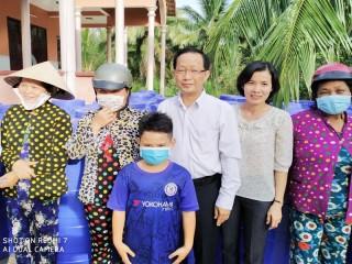 Phó chủ tịch UBND tỉnh trao bồn chứa nước ngọt tại xã Bình Khánh