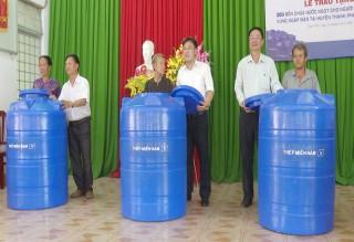Thép miền Nam tặng 300 bồn trữ nước cho Thạnh Phú