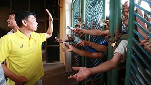 CĐV Nam Định rồng rắn đội nắng lửa mua vé xem khai mạc Cúp QG