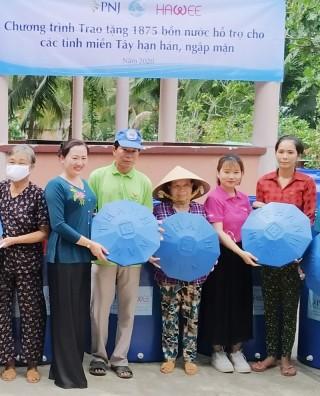 Trao 100 bồn nhựa tại xã Bình Khánh