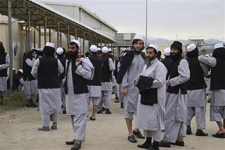 Afghanistan phóng thích 100 tù nhân Taliban đầu tiên sau ngừng bắn