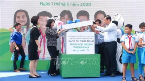 Phó Chủ tịch nước Đặng Thị Ngọc Thịnh thăm, tặng quà thiếu nhi Quảng Nam
