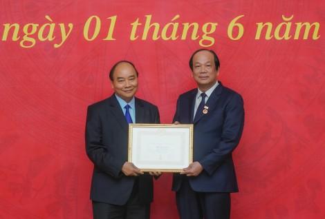 Thủ tướng dự lễ trao Huy hiệu Đảng của Đảng bộ Văn phòng Chính phủ