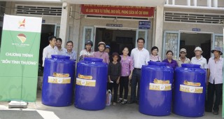 Hội Doanh nghiệp trẻ tỉnh trao tặng bồn chứa nước cho người nghèo