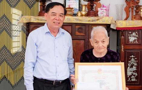 Phó bí thư Thường trực Tỉnh ủy thăm, chúc thọ người cao tuổi tại Thạnh Phú