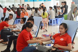 Cùng tham gia hiến máu tình nguyện